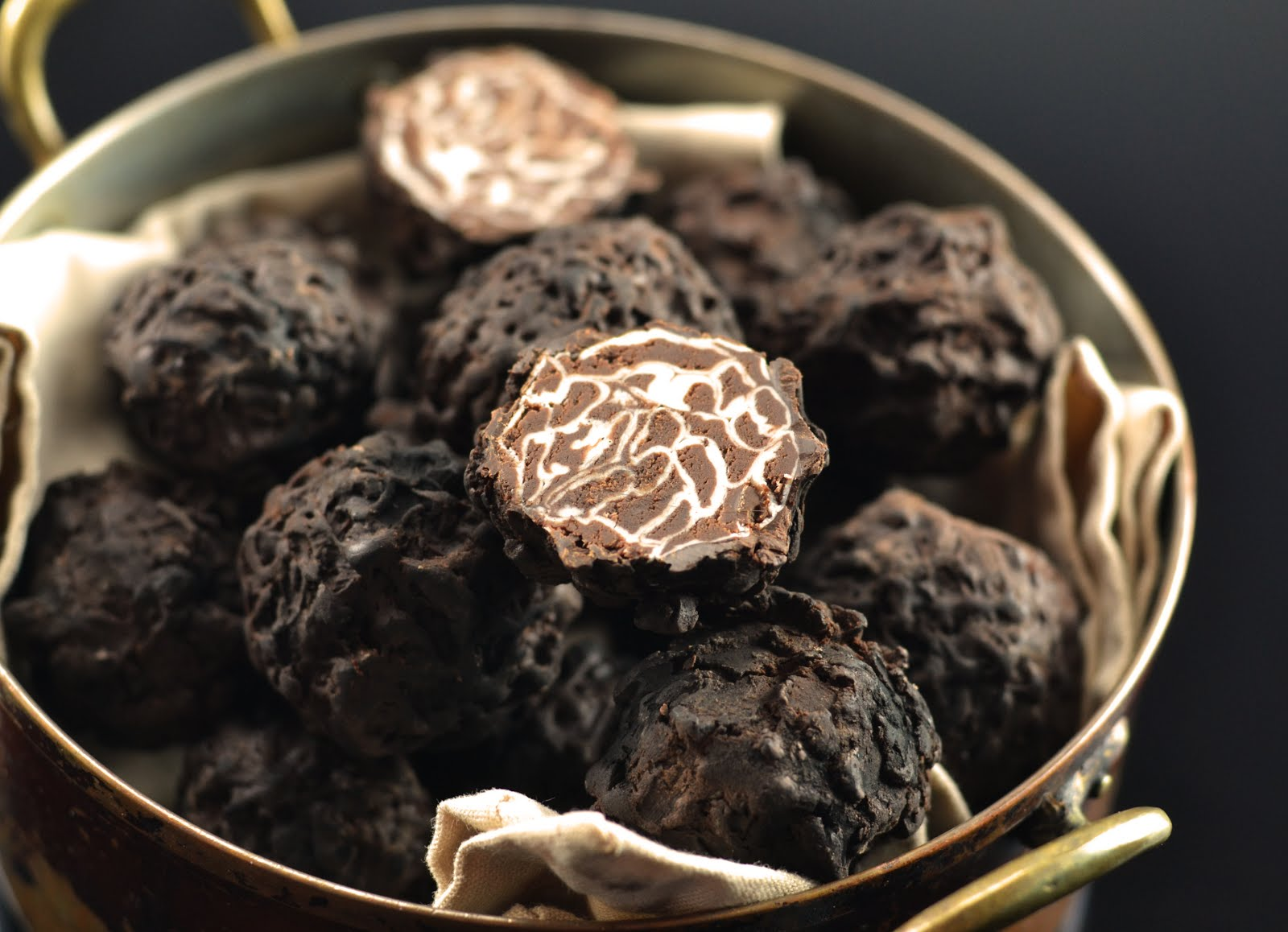 when-the-decoration-of-a-sweet-truffle-becomes-similar-to-the-real-one-truffleat